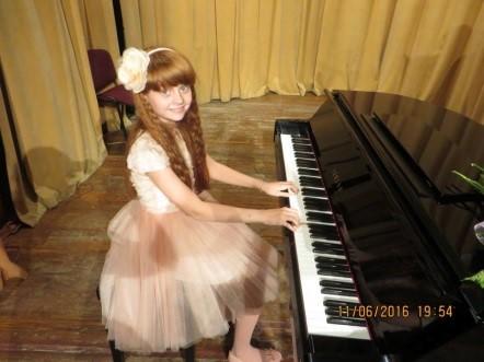 Alexia Mirițescu, copilul pentru care arta este a doua natură Alexia la pian