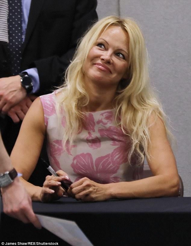 Pamela Anderson, atracția Festivalului Comic Con de la Londra Pamela Anderson da autografe