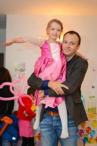 Rebecca Stoica, fetița pasionată de cunoaștere Rebecca si tati