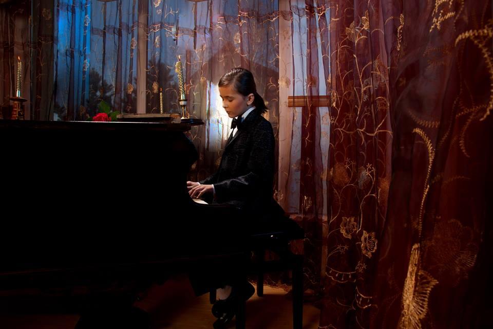 Theo Andrei Constantin, talent și charismă la superlativ Theo la pian