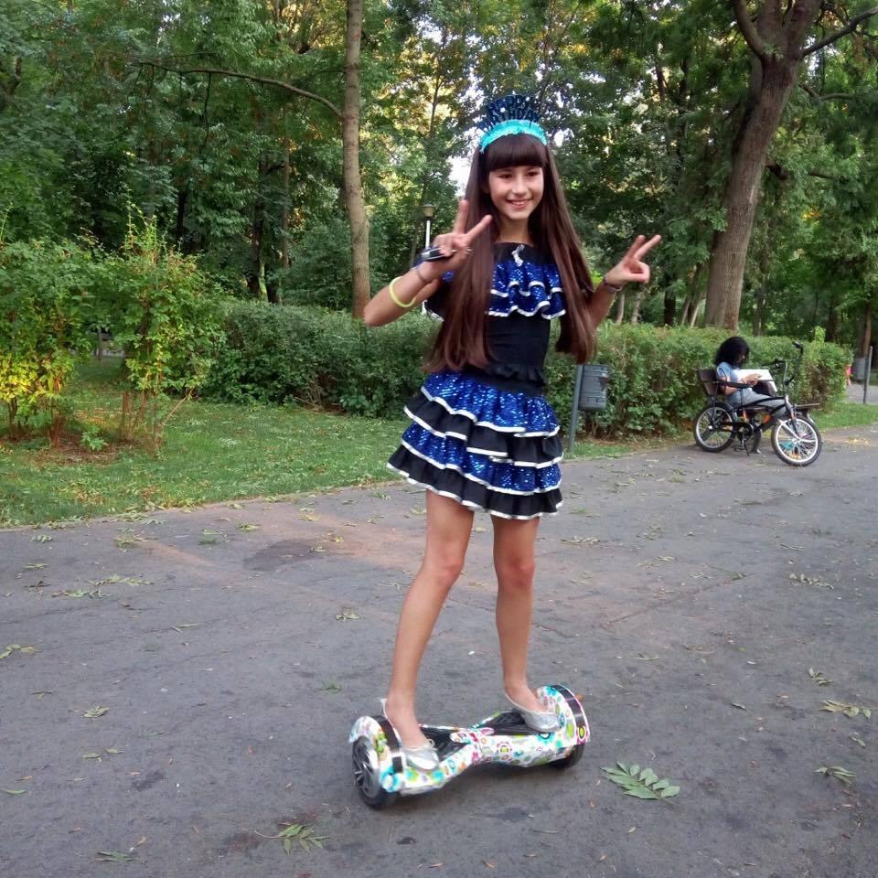 Andra Raisa Dinu, născută să fie stea pe scenă Andra Raisa cu hoverboard ul