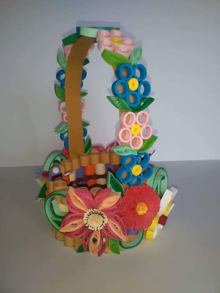 Familia care face artă din hârtie și metal Cos cu flori quilling