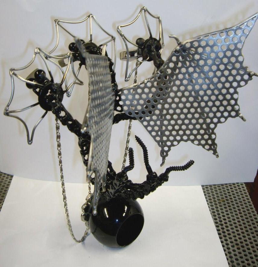 Nicolae Iancovici transformă deșeurile metalice în artă Dragon cu trei capete